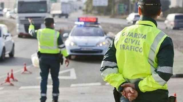 Dos agentes de la Guarda Civil en un control.