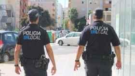 Dos agentes de la Policía Local de Ibiza.
