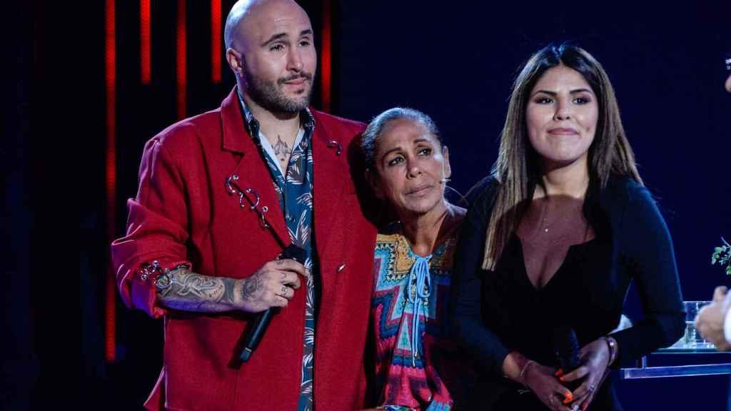 Una de las últimas imágenes públicas de Isabel Pantoja junto a sus dos hijos, a su llegada de 'Supervivientes', en 2019.