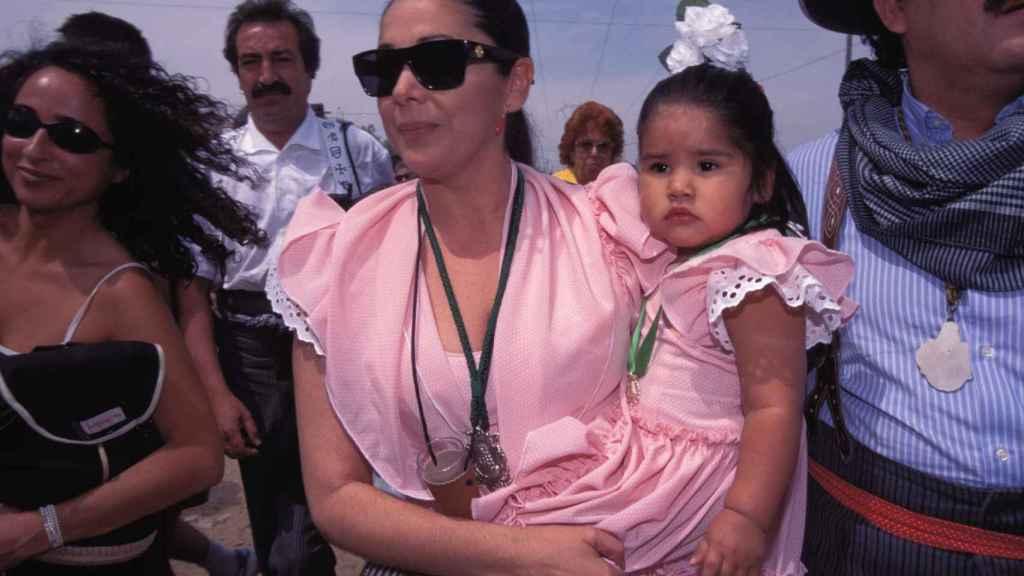 Isabel Pantoja y su hija, en 'El Rocío', en 1990.