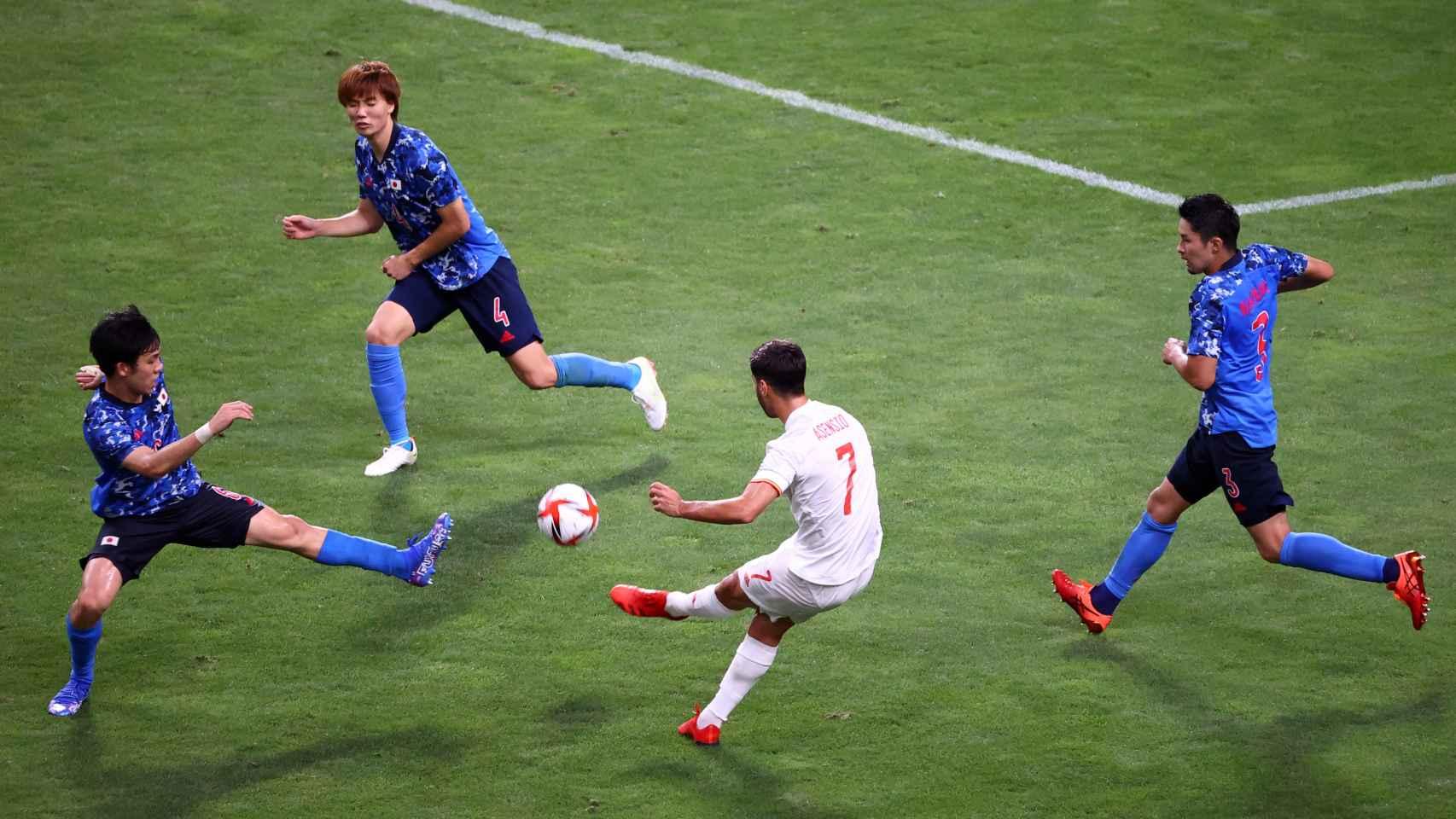 Momento del golpeo de Asensio que terminó en gol a Japón