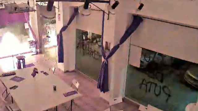 Fotograma del vídeo que Podemos difundió el pasado 2 de abril para demostrar que un desconocido arrojó un cóctel molotov contra su sede de Cartagena.