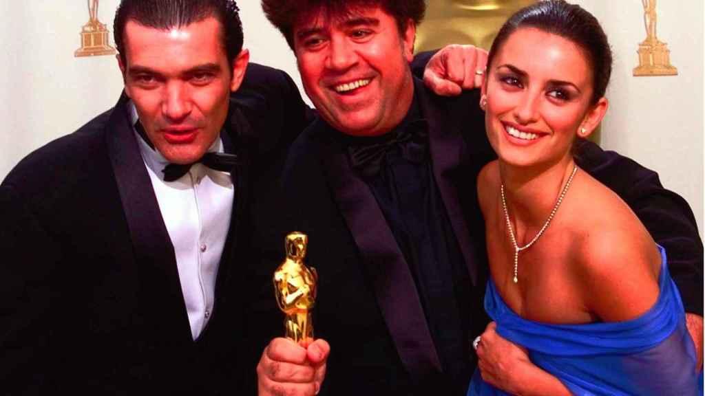 Pedro Almodóvar, junto a Penélope Cruz y Antonio Banderas, posando con el Oscar a 'Todo sobre mi madre'.
