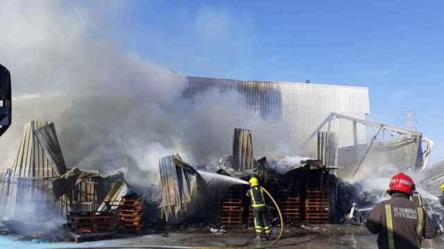 Incendio en la nave de Aceites Málaga, en el polígono Guadalhorce de Málaga.