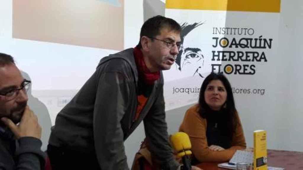 Juan Carlos Monedero junto al profesor Vicente Barragan, en Sevilla.