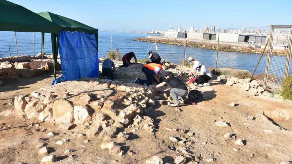 El equipo de excavación ha estado encabezado por el director del MARQ, Manuel Olcina, y la arqueóloga Adoración Martínez.