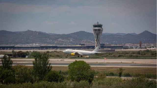Un avión en el aeropuerto de El Prat, cerca del espacio protegido natural de La Ricarda.