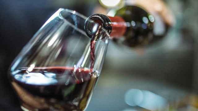 Una copa de vino recién servida.