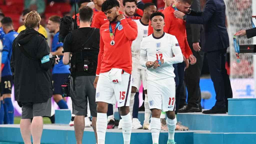 Tyrone Mings después de recoger la medalla de subcampeón de la Eurocopa 2020 con Inglaterra