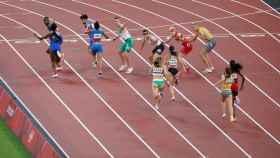Los españoles Aauri Bokesa y Berat Erta, durante la prueba de 4x400 metros de relevo mixto durante los Juegos Olímpicos 2020, este viernes en el Estadio Olímpico de Tokio 2020