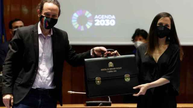 Ione Belarra y Pablo Iglesias, durante su traspaso de carteras.