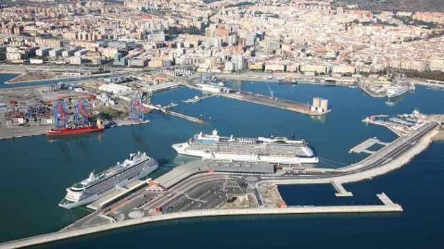 Vista del puerto de Málaga y del Centro histórico, al fondo.