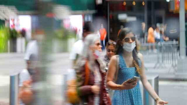 Gente con mascarilla pasea por las calles de Times Square, en Manhattan.