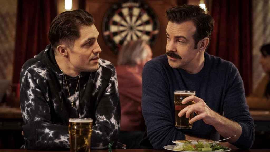 Phil Dunster y Jason Sudeikis en la temporada 2 de 'Ted Lasso'.