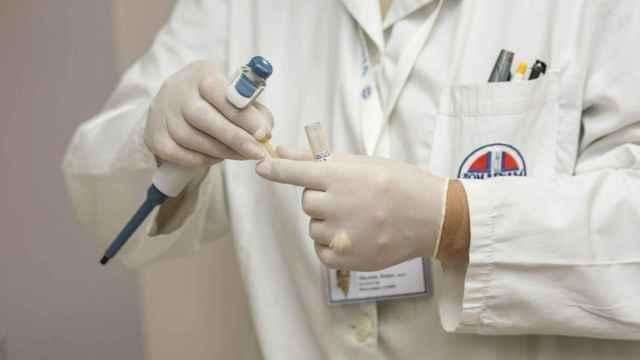 Zaplana recuerda que hay derivados sanitarios atendiendo pruebas COVID y poniendo vacunas.