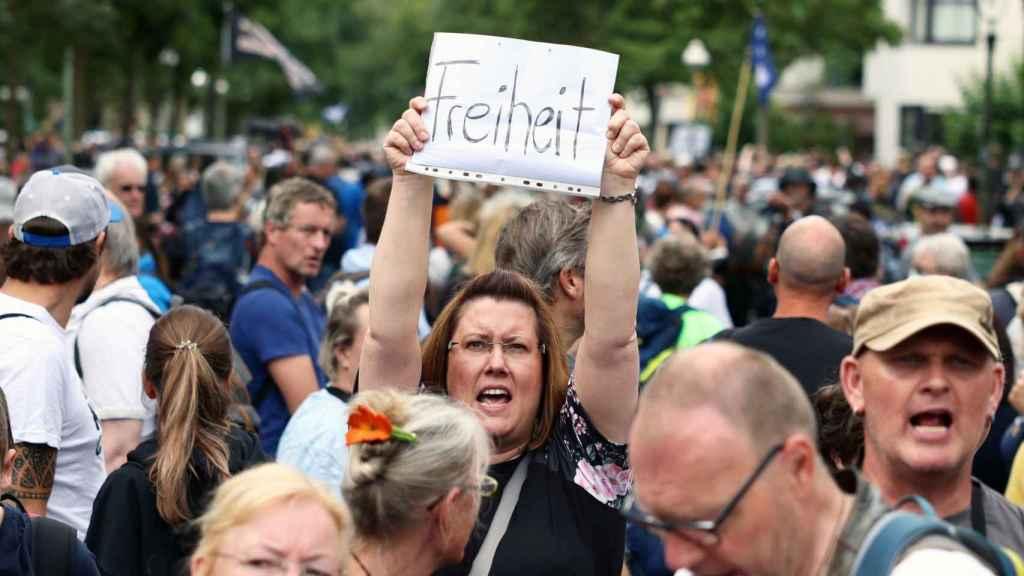 Una manifestante muestra un cartel con la palabra ¡Libertad! el pasado domingo en las protestas de Berlín.