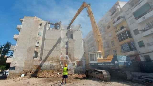 Alicante inicia la demolición del edificio en ruinas de Nou Alcolecha, con 55 años de antigüedad.