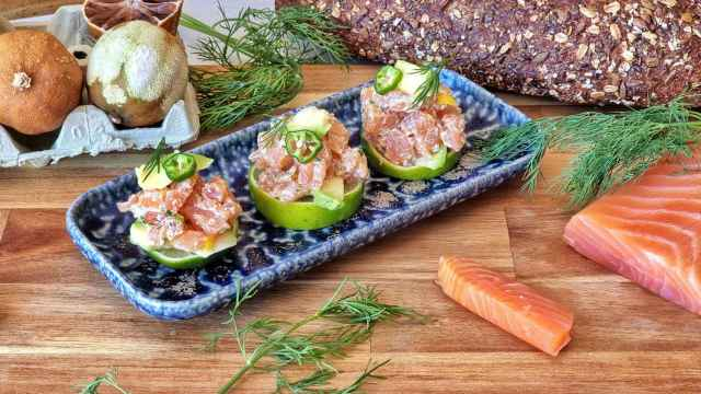 Tartar de salmón ahumado, aguacate y lima, una receta fresca en vídeo