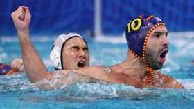 Felipe Perrone celebra un gol con la selección de waterpolo en los JJOO de Tokio 2020