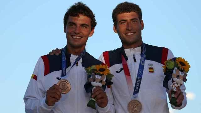 Jordi Xammar y Nicolas Rodriguez posando con el bronce