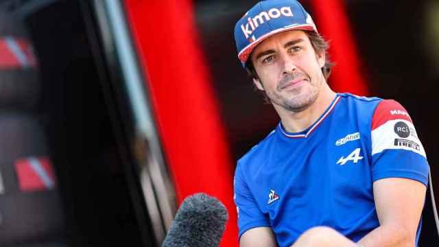 Fernando Alonso atiende a los medios en el GP de Hungría