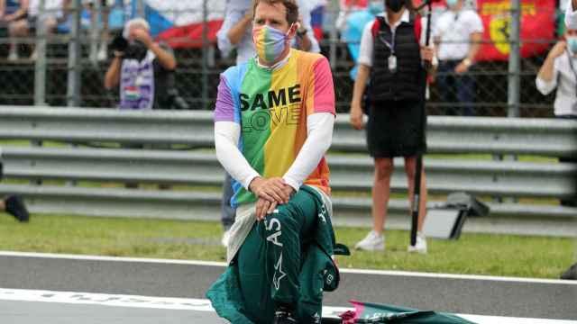 Sebastian Vettel, con la rodilla en el suelo y una camiseta reivindicativa de los derechos LTGB