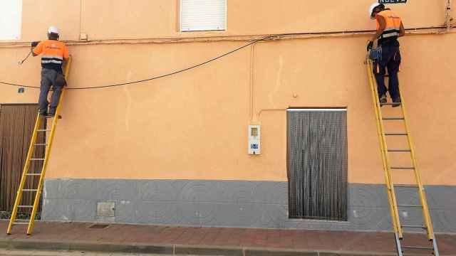 Instaladores de fibra óptica en una localidad de Albacete.