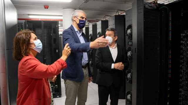 El vicepresidente Conde, durante su visita al Cesga para 'conocer' el supercomputador.