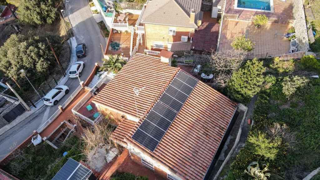 Vista panorámica de instalaciones de la tecnología de autoconsumo de SolarMente en hogares.