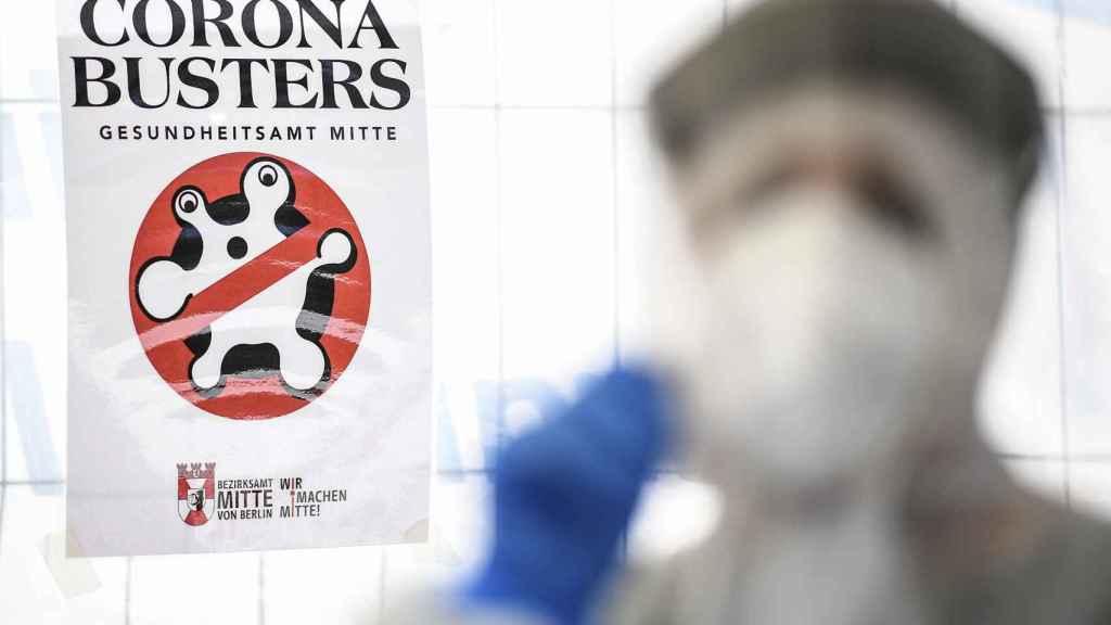 Una médico se prepara realizar test antiCovid en Berlín el pasado mes de abril.