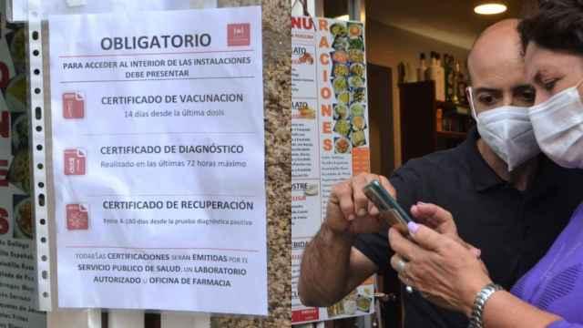 Un camarero comprueba el certificado Covid en un restaurante de Santiago.