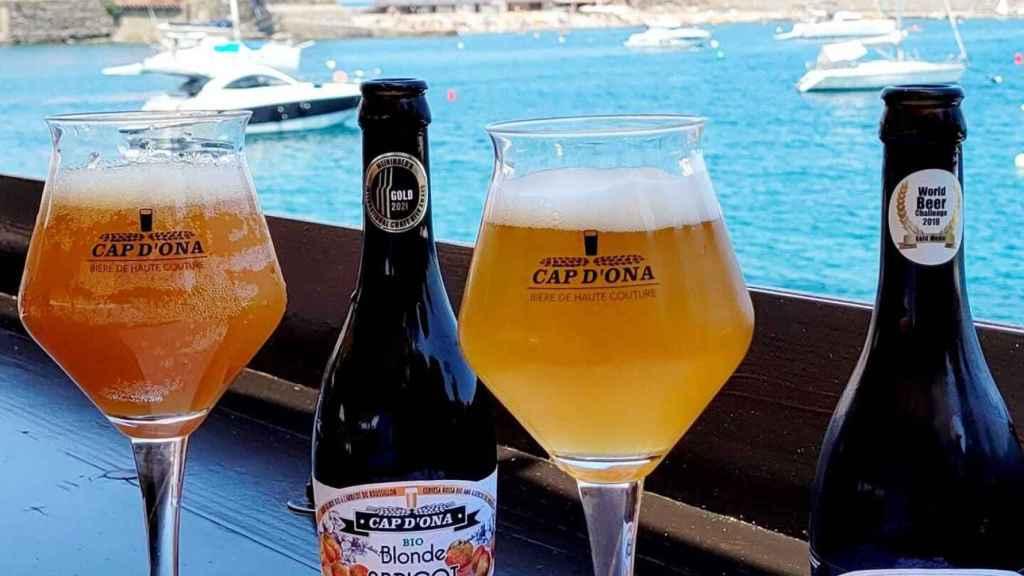 Dos cervezas de la marca Cap d'Ona, original de Argelès-sur-Mer.