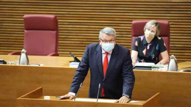 El portavoz de Sanidad de Cs en Les Corts valencianas, Fernando Llopis, denuncia el retraso de la vacunación en los más jóvenes.