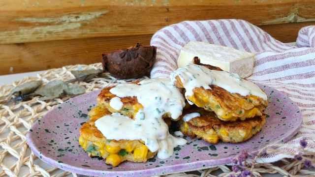 Tortitas de maíz con salsa de yogur, una receta de corn fritters