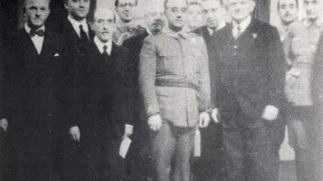 Johannes Bernhard (el segundo por la izquierda) junto con Francisco Franco