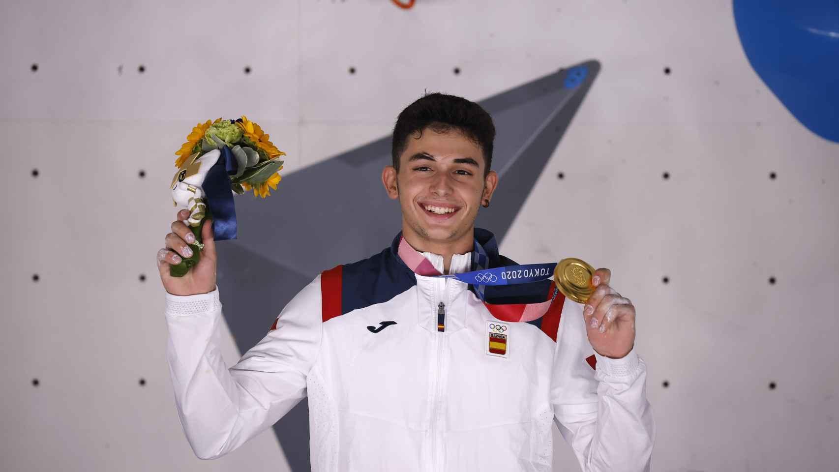 Alberto Ginés posa con la medalla