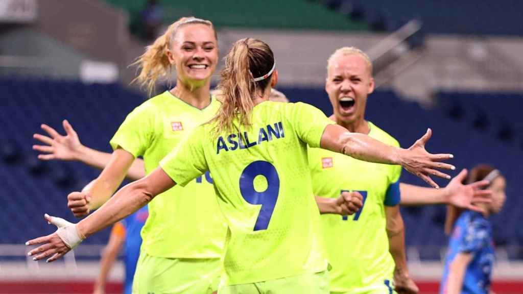 Kozovari Aslani celebrates a goal with her teammates on the women's soccer team in Sweden