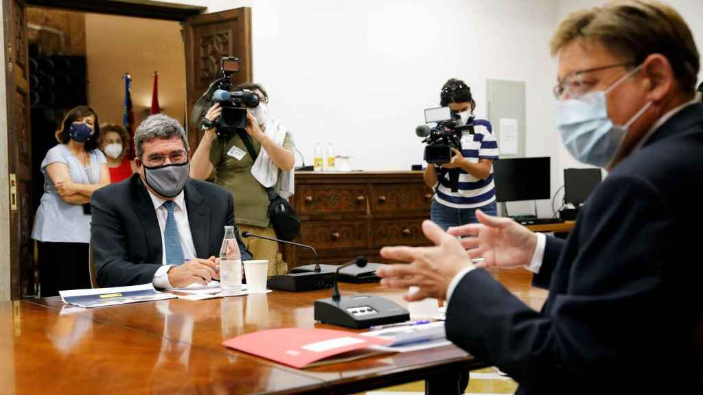 El president de la Generalitat, Ximo Puig (dcha), se reúne con el ministro de Inclusión, Seguridad Social y Migraciones, José Luis Escrivá, este jueves en el Palau de la Generalitat.
