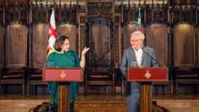 Ada Colau y Joan Ribó, en el Ayuntamiento de Barcelona en pasado año.