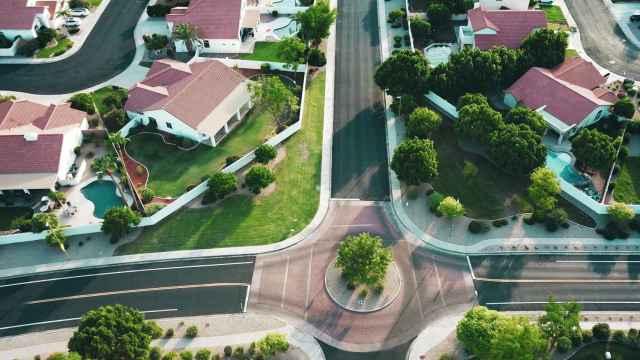 Un barrio residencial con urbanizaciones.