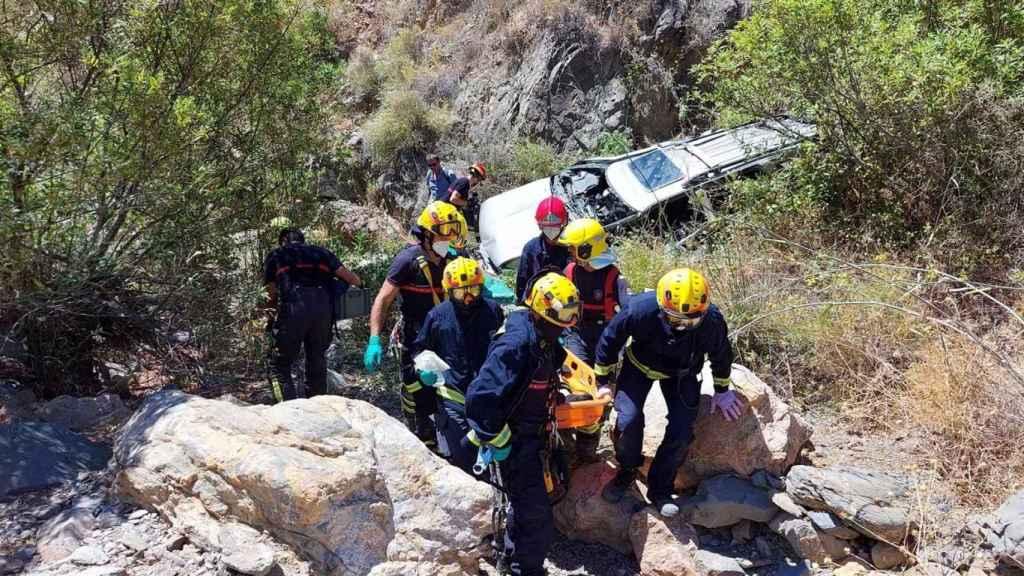 Bomberos participando en las labores de rescate.