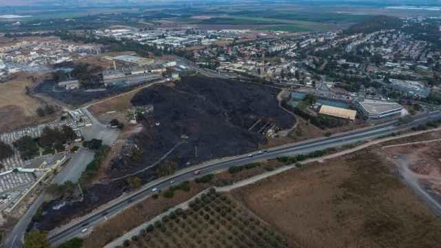 Vista aérea del incendio provocado por el cohete disparado contra Israel desde el Líbano.