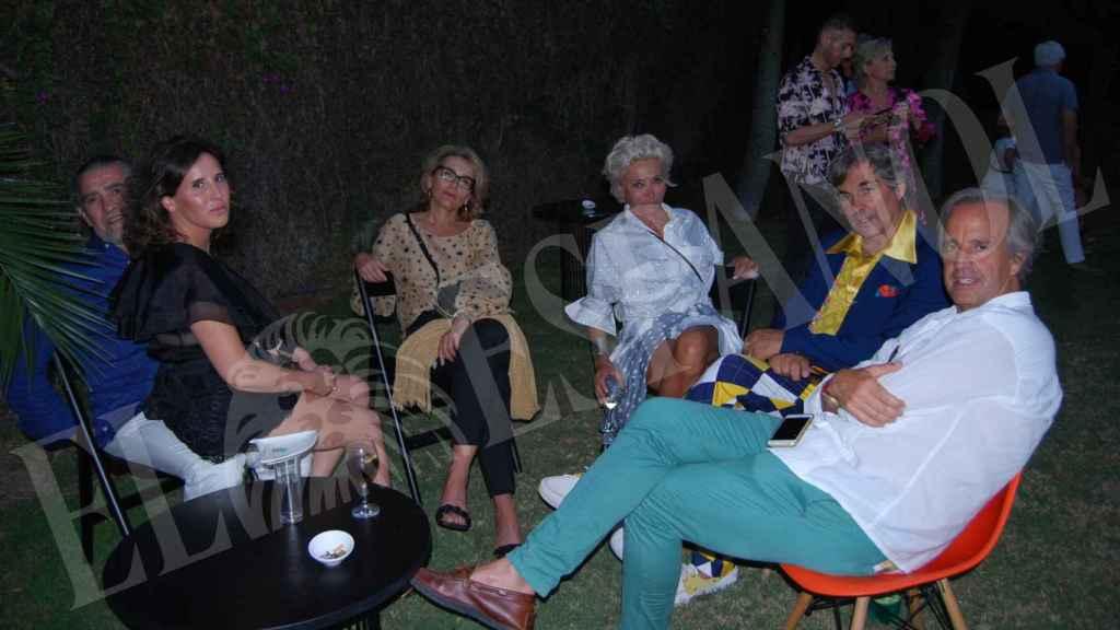 Hubertus compartiendo velada con su mujer y amigos como Jaime Martínez Bordiú y Marta Fernández.