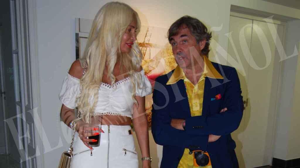 El aristócrata charlando con una amiga en su exposición 'Narcissistic overload'.