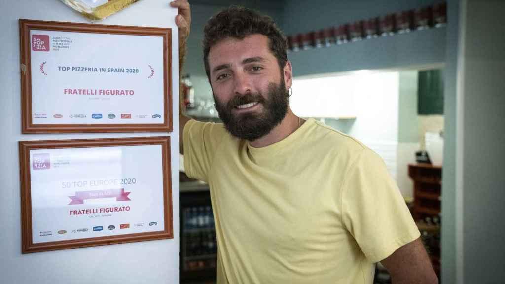 Vittorio Figurato posa con los diplomas que les ha concedido la prestigiosa guía 50 top pizzas.