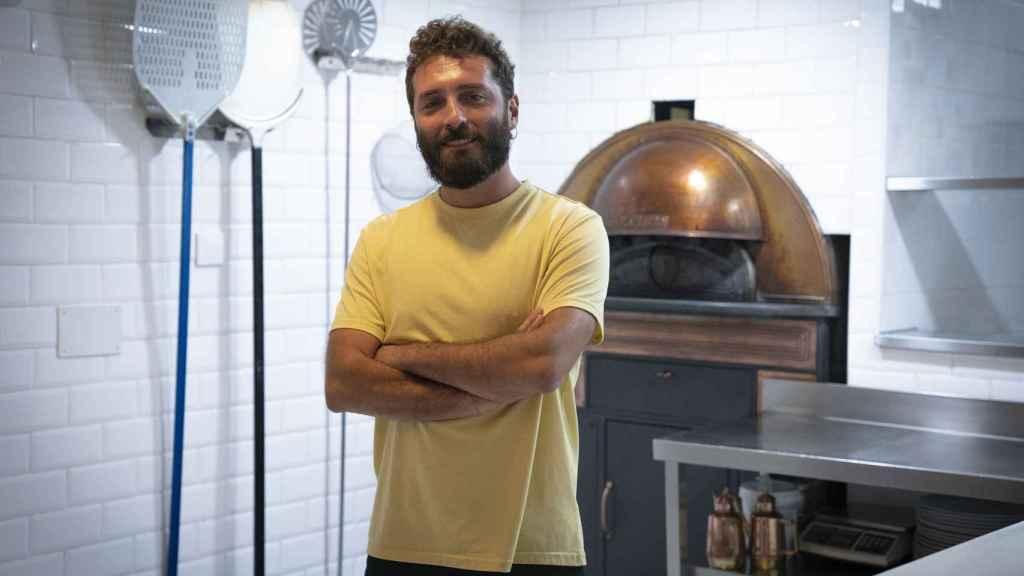 Vittorio Figurato posa frente en las cocinas de su pizzería.