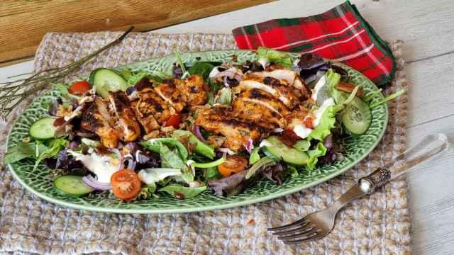 Ensalada de pollo barbacoa, receta en vídeo de una ensalada de verano