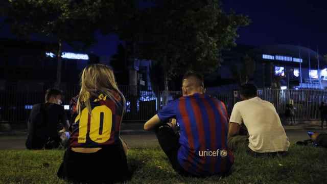 Aficionados fuera del Camp Nou tras el anuncio del adiós de Messi al Barça