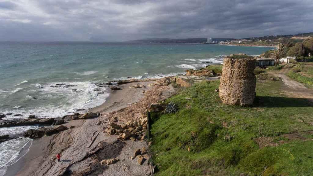 En Manilva, torre Chullera vigila que ningún gaditano trate de conquistar Málaga.