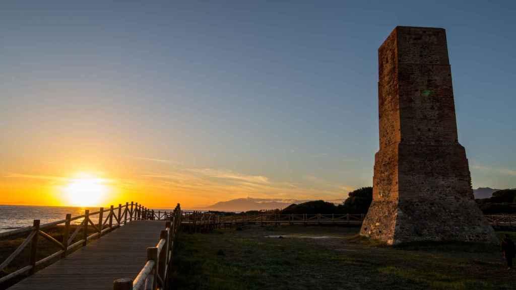Situada en la célebre playa de Cabopino, Torre Ladrones habrá visto más en este último siglo que en los cinco anteriores...